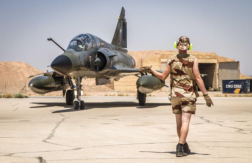 Arrivée de trois Mirages 2000N en Jordanie en juillet, dans le cadre de l'opération Chammal. Par rapport aux Mirage 2000D, les Mirage 2000N sont reconnaissables à leur ventre peint en gris clair.