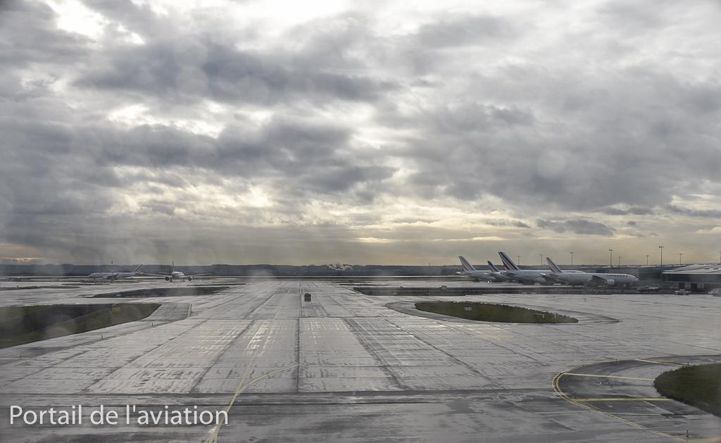 Repoussage et début du roulage avec la vue sur le terminal S4 ou opére une partie de la flotte Air France