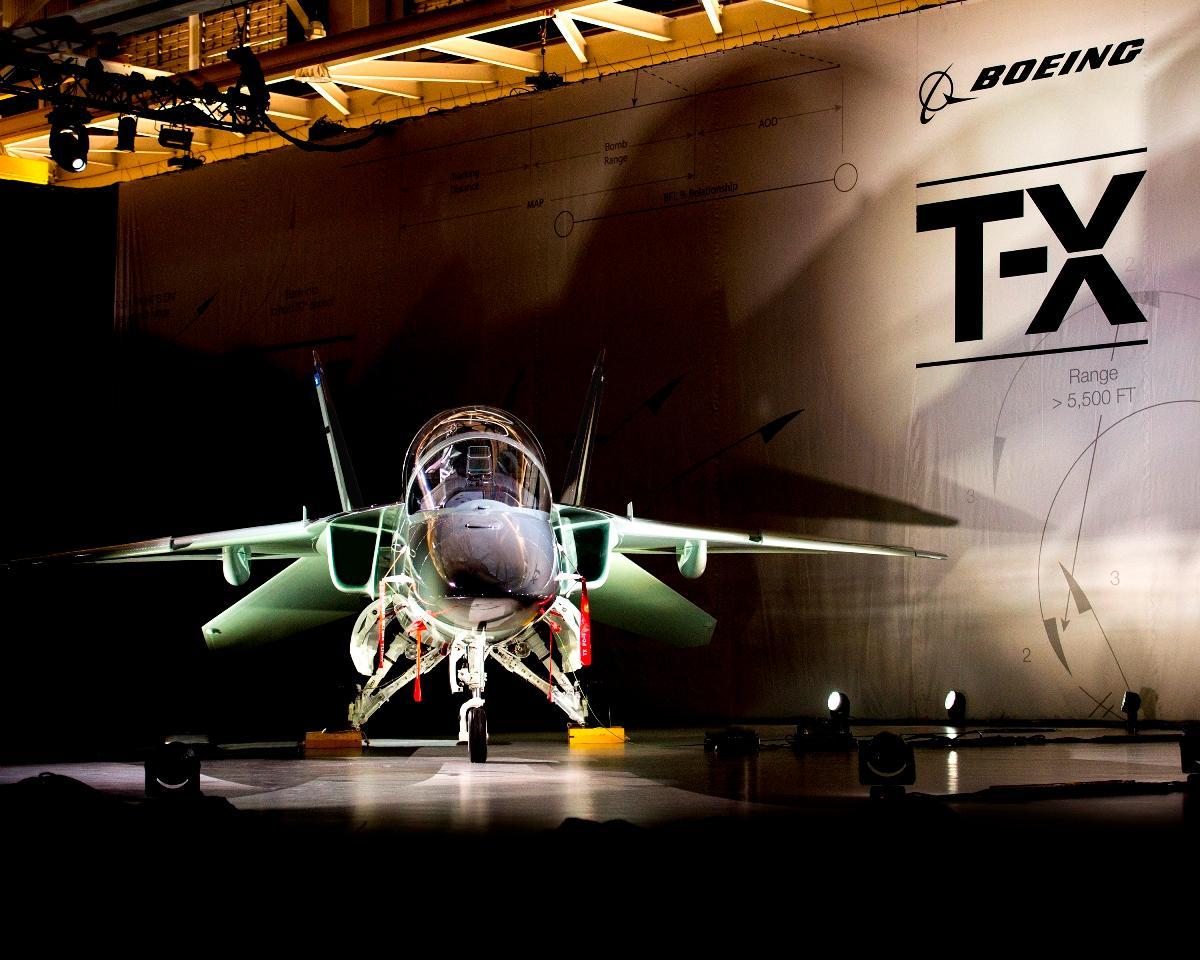 Le T-X de Boeing et SAAB le 13 septembre dernier. On notera le large cockpit et l'extraordinaire angle de vision offerte par la verrière du T-X. Placées sous les APEX et dotées de séparateurs de couche limite, les entrées d'air du T-X doivent alimenter le réacteur F404 sous grande incidence, forts facteurs de charge et à des vitesses élevées, sans aucun doute confortablement supersoniques. (© Boeing)
