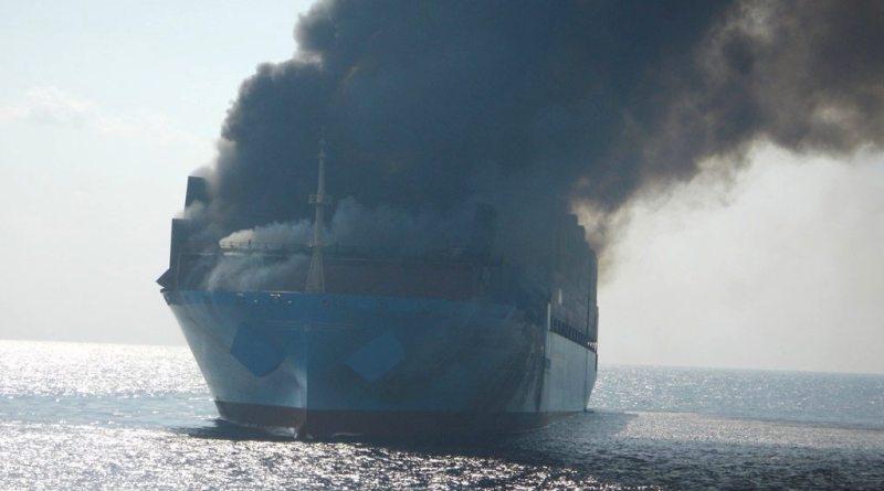 barco-incendiado-en-el-mar-imagen-ilustrativa