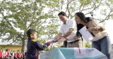 Entrega de uniformes escolares gratuitos al alumnado de tres centros educativos