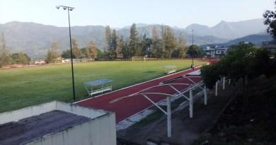 Pinta los carriles de la pista de atletismo de la colonia los mangos en Minatitlán