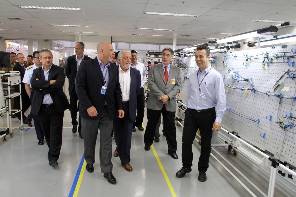 Na imagem: Presidente da Helibras Eduardo Marson (esquerda) ao lado de Jacques Wagner e Fernando Pimentel ouvem funcionário na Cablagem