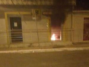 Bandidos explodem caixas de banco e arrombam casa lotérica na Grande JP