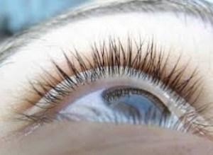 Evaporação da lágrima, falta de óculos com proteção UV, excesso de filtro solar e água contaminada são os grandes vilões