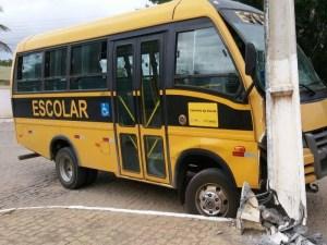 Micro-ônibus de Nova Floresta bate em poste na cidade de Cuité-PB