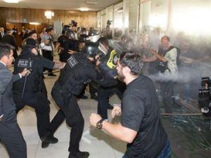 Manifestantes tentam invadir a Câmara em protesto contra reforma da Previdência; vídeo