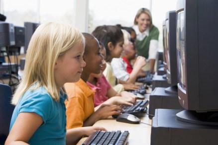 niños en la aula de informática
