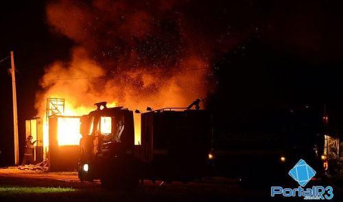 VÍDEO: fogo destrói construção antiga em Pindamonhangaba