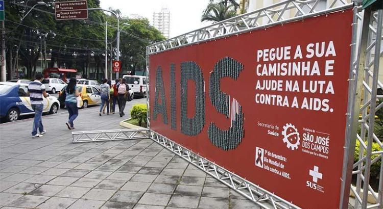 Em São José, painéis buscam mobilizar a população ontra a AIDS