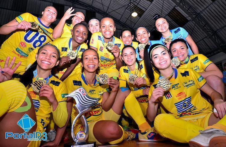 Meninas comemoram títulos dos Abertos 2016. (Foto: Luis Claudio Antunes/PortalR3)