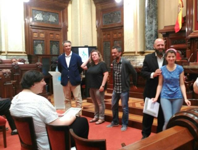 El Presidente de la Sociedad Filatélica de A Coruña entregando el diploma a uno de los premiados