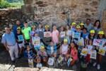 os niños y niñas asistentes al Taller con los directivos de la Sociedad Filatélica de A Coruña y la Vicepresidenta de la Fundación Pondal