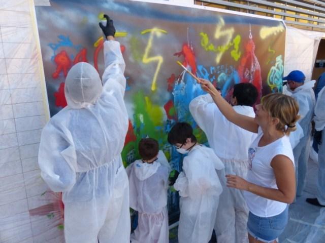 La artista Yolanda Dorda animando a los ejecutantes