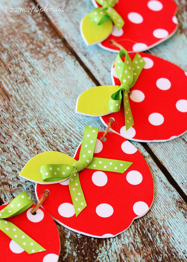 Adorable no-sew fabric apple garland craft. This would be so cute for a classroom!