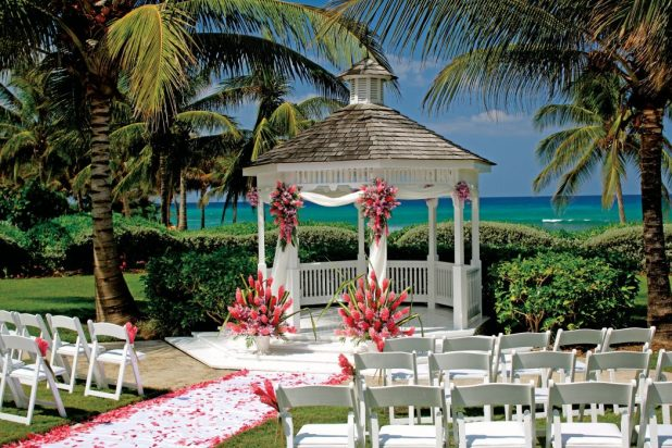 beach. How to decorate your outdoor wedding