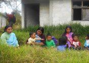 Sin que el Estado mexicano garantice las condiciones mínimas de seguridad, niños tzeltales desplazados regresan a su comunidad.