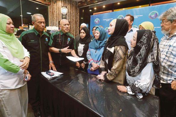 KUALA LUMPUR 21 NOVEMBER 2017. Ketua Aktivis Persatuan Pengguna Islam Malaysia (PPIM), Datuk Nadzim Johan (tiga kiri) bersama mangsa penipuan Pakej Haji VIP di Our Private Place@Villa Puteri Condominium. NSTP/SALHANI IBRAHIM