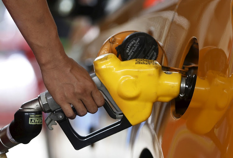 A worker at state-owned Pertamina, the country's main retailer of subsidised fuel, fills a vehicle at a petrol station in Jakarta February 17, 2016.  REUTERS/Beawiharta - RTX27ARZ