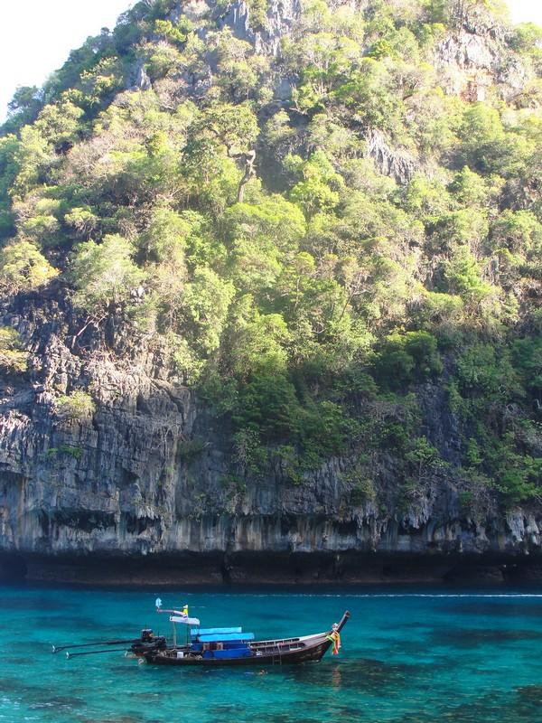 A parte de trás de Maya Bay, onde os barqueiros param para você fazer snorkeling