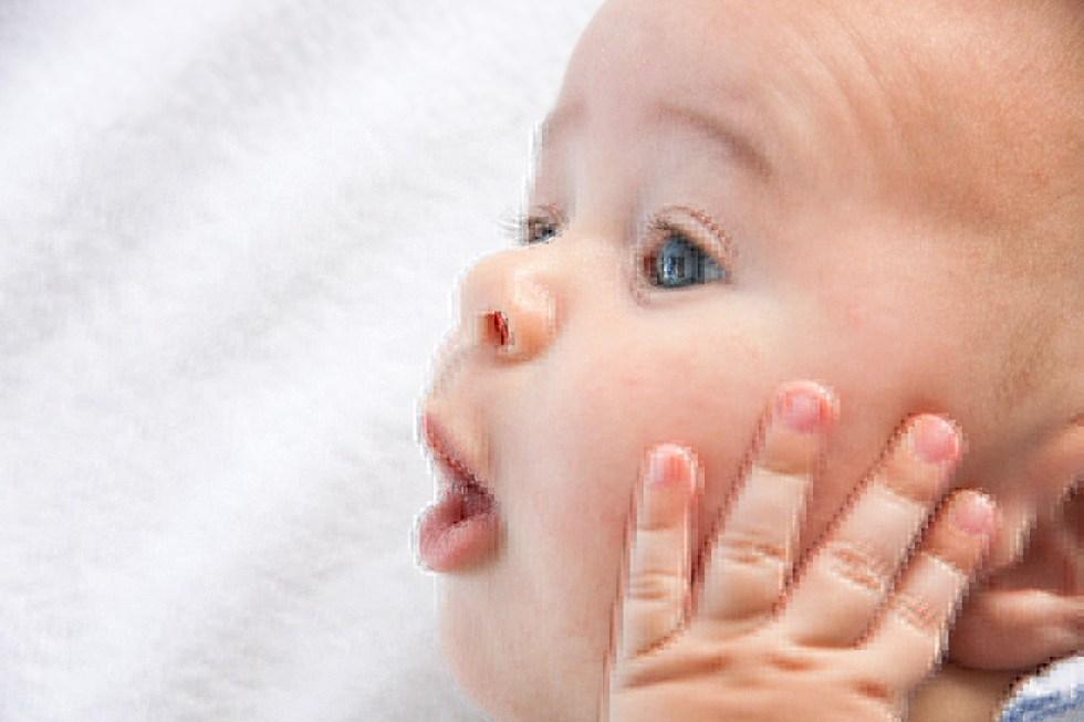 premier mot de bébé, bébé parle, gazouillis, babillage