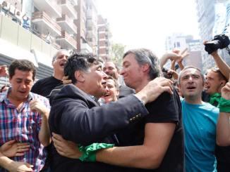 Carlos Zanini se funde en un abrazo con Máximo Kirchner durante la marcha de ésta tarde