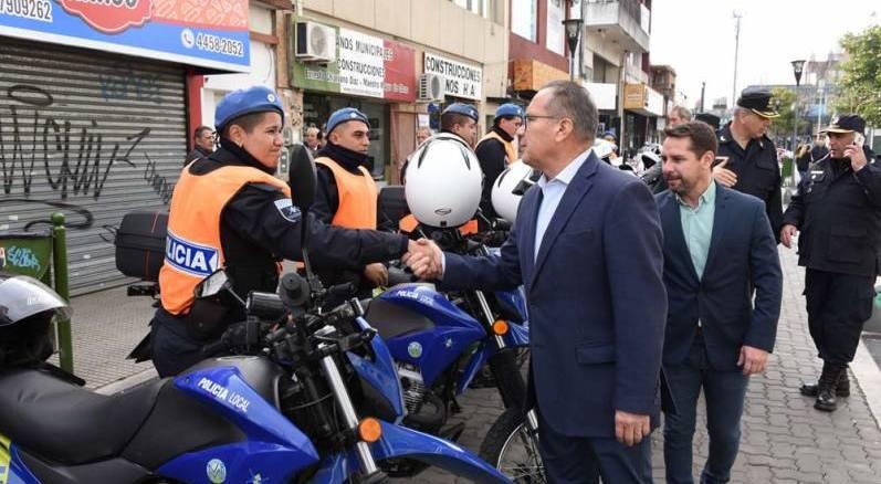 Cuando el intendente Descalzo terminó de saludar al pelotón de Policías Locales, el primer efectivo en arrancar su moto la chocó tras recorrer tan sólo 5 metros.