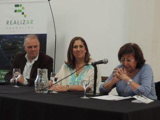 Sandra Rey, presidenta de la Fundación Realizar (centro), secundada por los ex jueces y expositores de la jornada, Carlos Romano y Silvia Gordillo