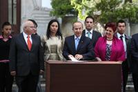 Calderón durante la firma del decreto. Foto: Octavio Gómez