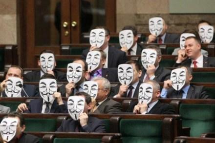 Diputados polacos del partido de izquierdas Palikot's Movement protestan con las máscaras de Anonymous la aprobación de la ACTA en el Parlamento. Foto: AP