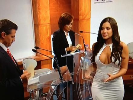 Julia Orayen, edecán del debate de nuevo en Playboy. Foto: IFE