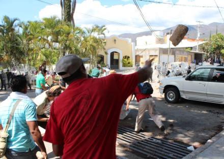 Se enfrentan profesores con policías en Guerrero. Foto: José Luis de la Cruz