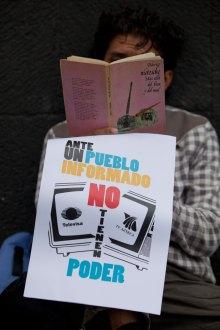 Maratón de lectura de #YoSoy132 en el CEN del PRI. Foto: Miguel Dimayuga