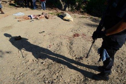 El 8 de agosto de 2012, militares encontraron los cuerpos de un hombre, un niño y dos mujeres en Acapulco. Foto: AP / Bernandino Hernández