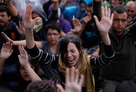 España. Indignados exigen una nueva constitución; policía los reprime. Foto: AP