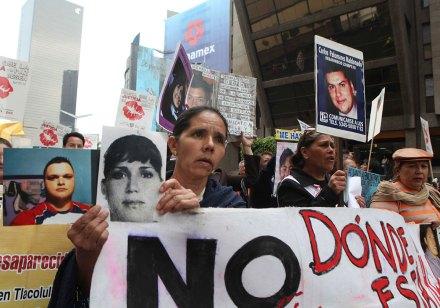Exigen familiares de víctimas justicia en la Segob. Foto: Germán Canseco