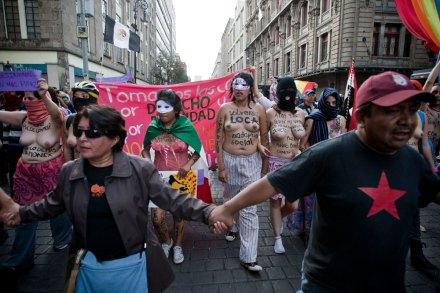 Jóvenes conmemoran 44 años de la masacre de Tlatelolco. Foto: Xinhua / Pedro Mera