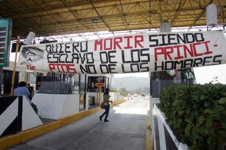 El bloqueo de los normalistas en Michoacán, el 8 de octubre. Foto: Enrique Castro