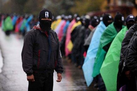 Marchan zapatistas a un día del aniversario de la matanza de Acteal. Foto: AP / Ivan Castaneira