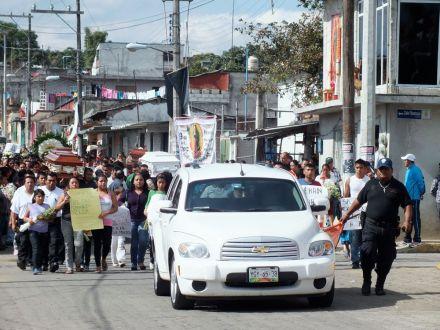 Los ataúdes de los hombres abatidos encabezaron la protesta. Foto: Especial.