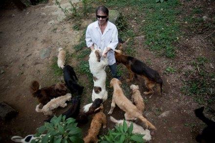 Rafael Carillo, el hombre que vive con 110 perros. Foto: Alejandro Saldívar