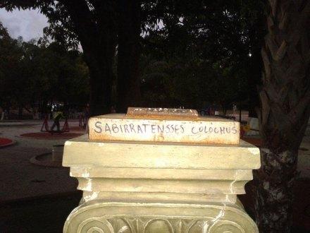 La leyenda sobre el pedestal donde estaba el busto de Sabines. Foto: Especial