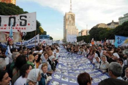 Familiares de desaparecidos protestan en Argentina. Foto: AP