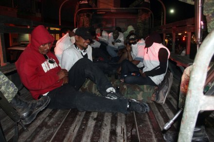 (Imagen de archivo) El 14 de marzo militares detuvieron a integrantes de la policía comunitaria en La Ruana, Michoacán. Foto: Enrique Castro