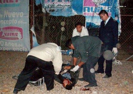 Uno de los cuerpos tras el enfrentamiento entre policías y sicarios en Sinaloa. Foto: Ismael Aguirre