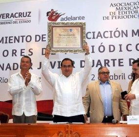 Javier Duarte sostiene su reconocimiento. Foto: Gobierno de Veracruz