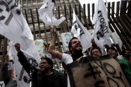 El reclamo de #YoSoy132 en la sede del PRI en mayo pasado. Foto: Miguel Dimayuga