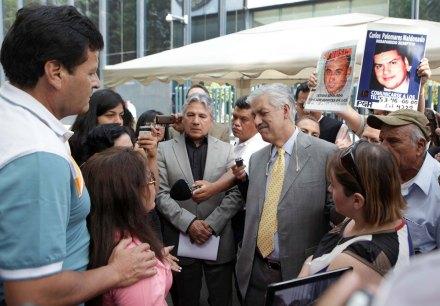 El exsubprocurador de la PGR, Ricardo García Cervantes con los familiares de los desaparecidos. Foto: Germán Canseco