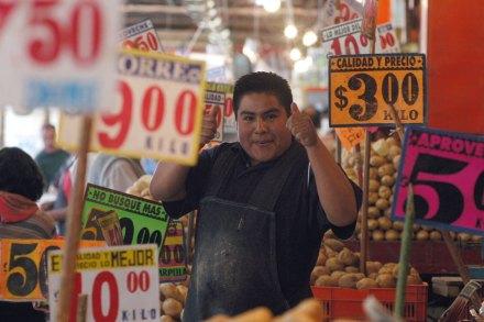 Un vendedor en el mercado de La Merced. Foto: Miguel Dimayuga