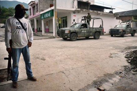Michoacán. Continúa tensión entre Ejército, autodefensa y sicarios. Foto: AP / Gustavo Aguado